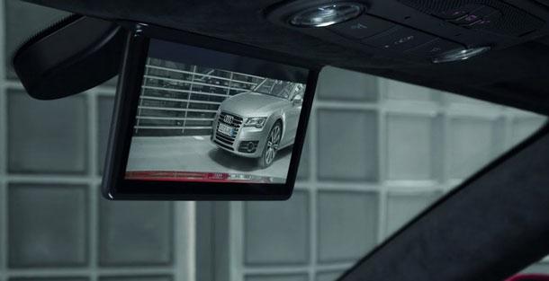Kamera-zadnego-vida-na-avto-s-monitorom-v-zerkale-zadnego-vida