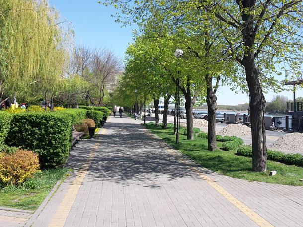 Naberezhnaya-sprava-reka-sleva-park