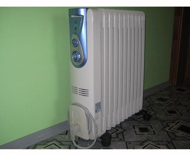 maslyannyy-radiator-belyy-v-komnate