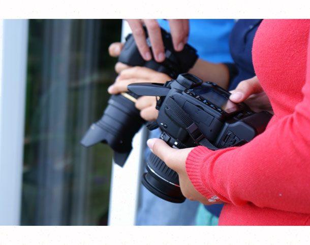 зеркальные фотоаппараты в руках студентов