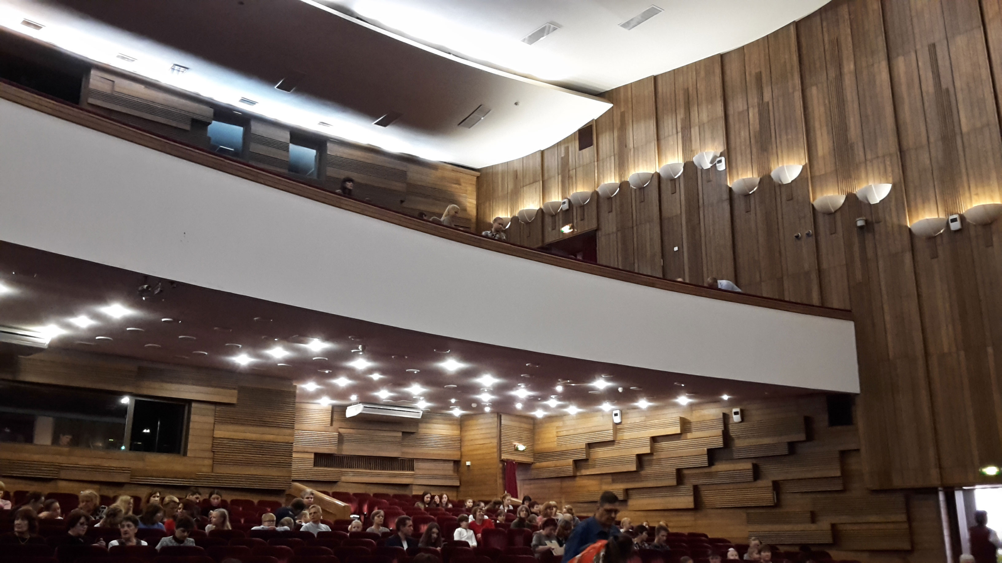 огромный зал с верхними балконами