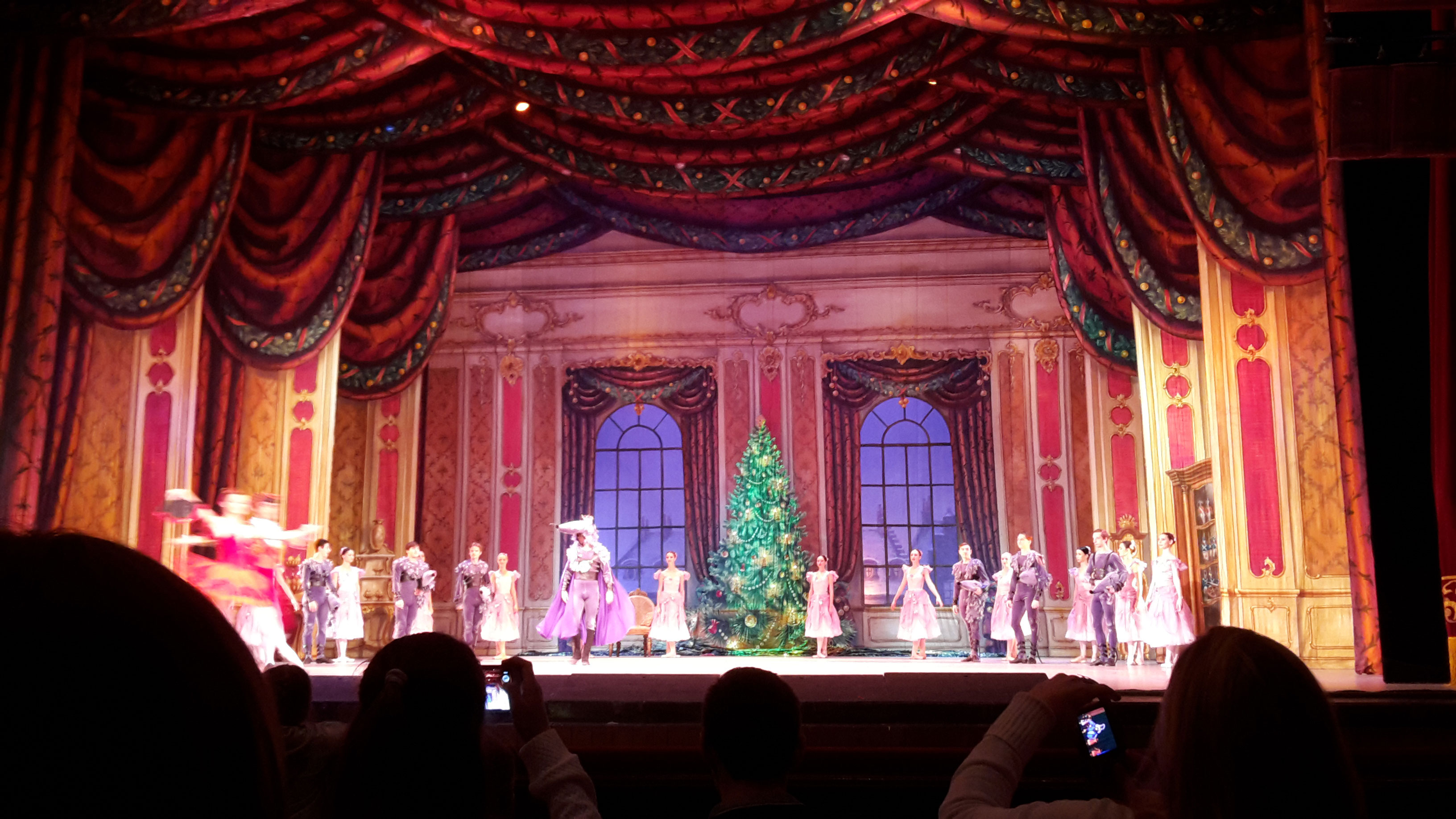окончание выступления: все актёры выходят поочереди на сцену