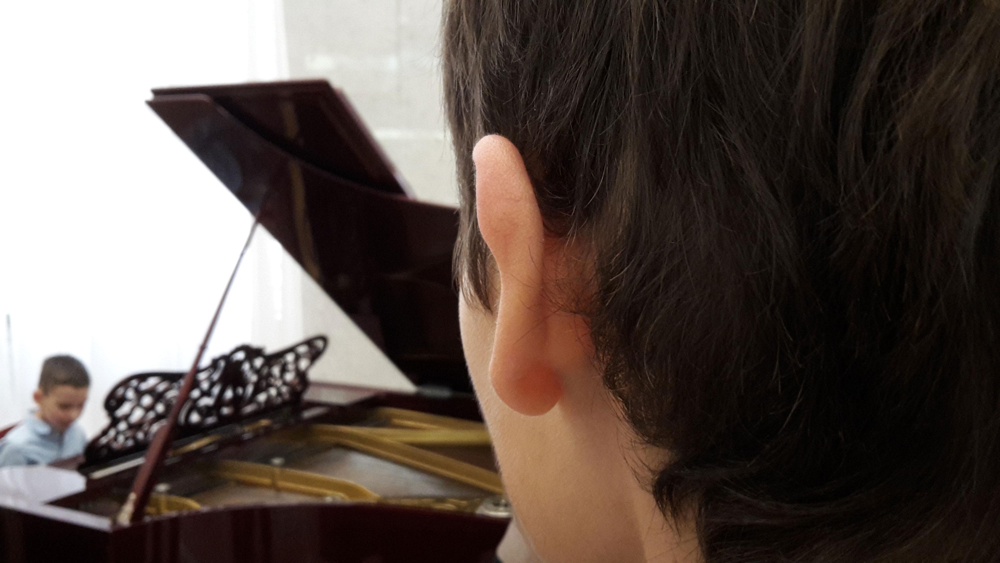 я наблюдаю за игрой на фортепьяно