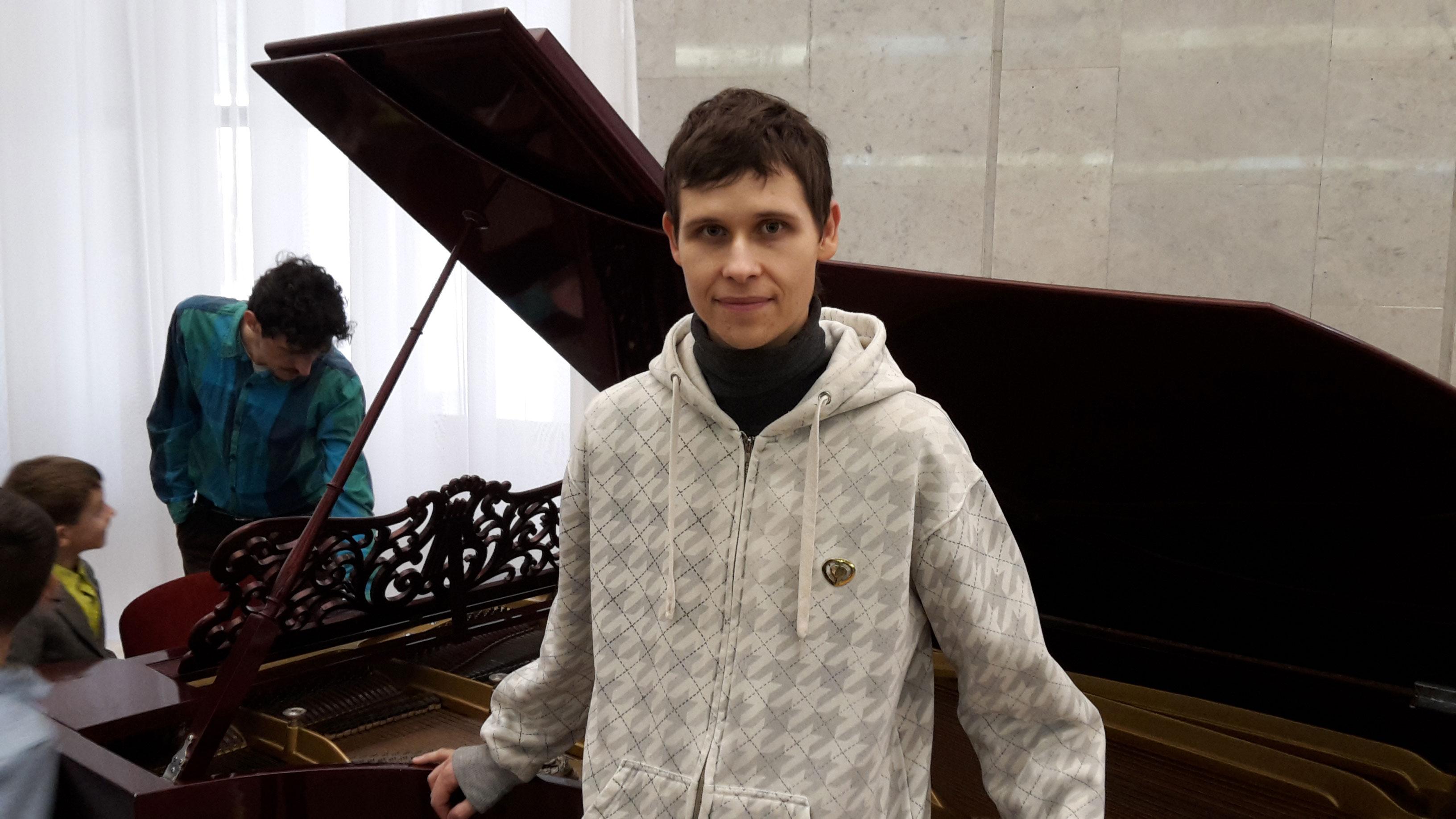 я около пианино немного смущённый, что иду на балет