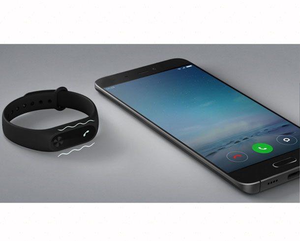 звонок на телефон транслируется на браслете