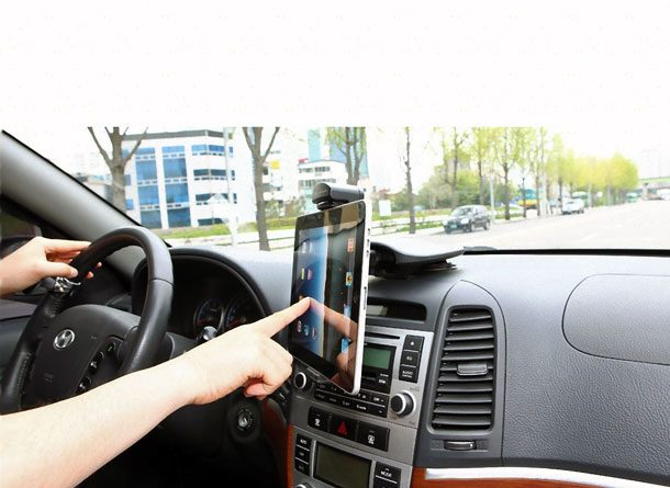 планшетный компьютер в автомобиле