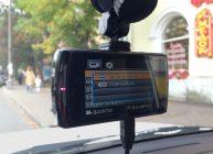 сенсорный видеорегистратор висит-в машине