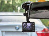 видеорегистратор на стекле в автомобиле