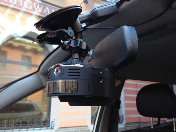 видеорегистратор в машине с радаром