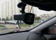 видеорегистратор с радар детектором в машине на парковке