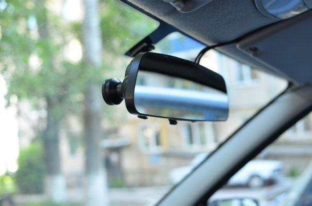 видеорегистратор в машине в виде зеркала