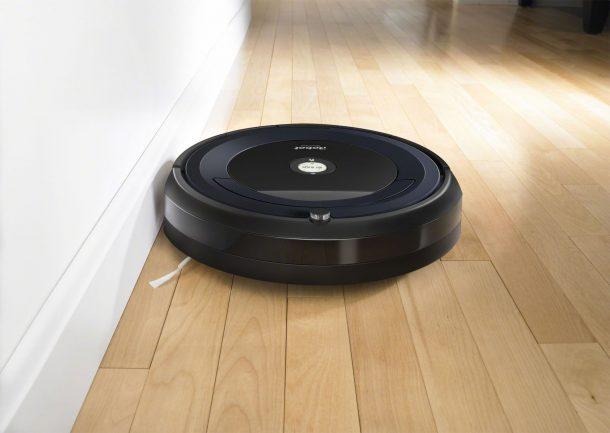 робот пылесос убирает квартиру в 3 комнатах