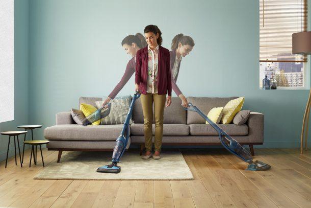 вертикальный пылесос может помочь очень при уборке дома
