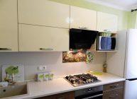 современная кухня с микроволновкой