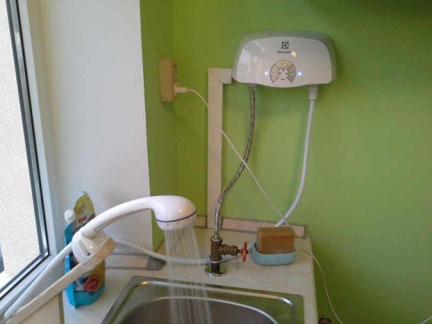 проточный водонагреватель в кухне через душ