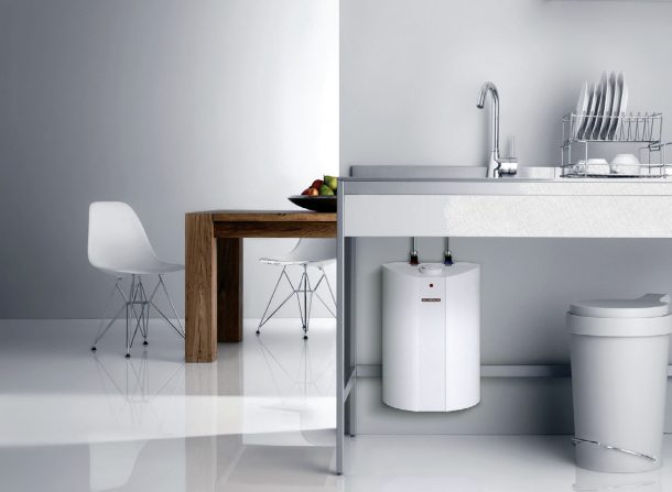 проточный электрический водонагреватель на кухне