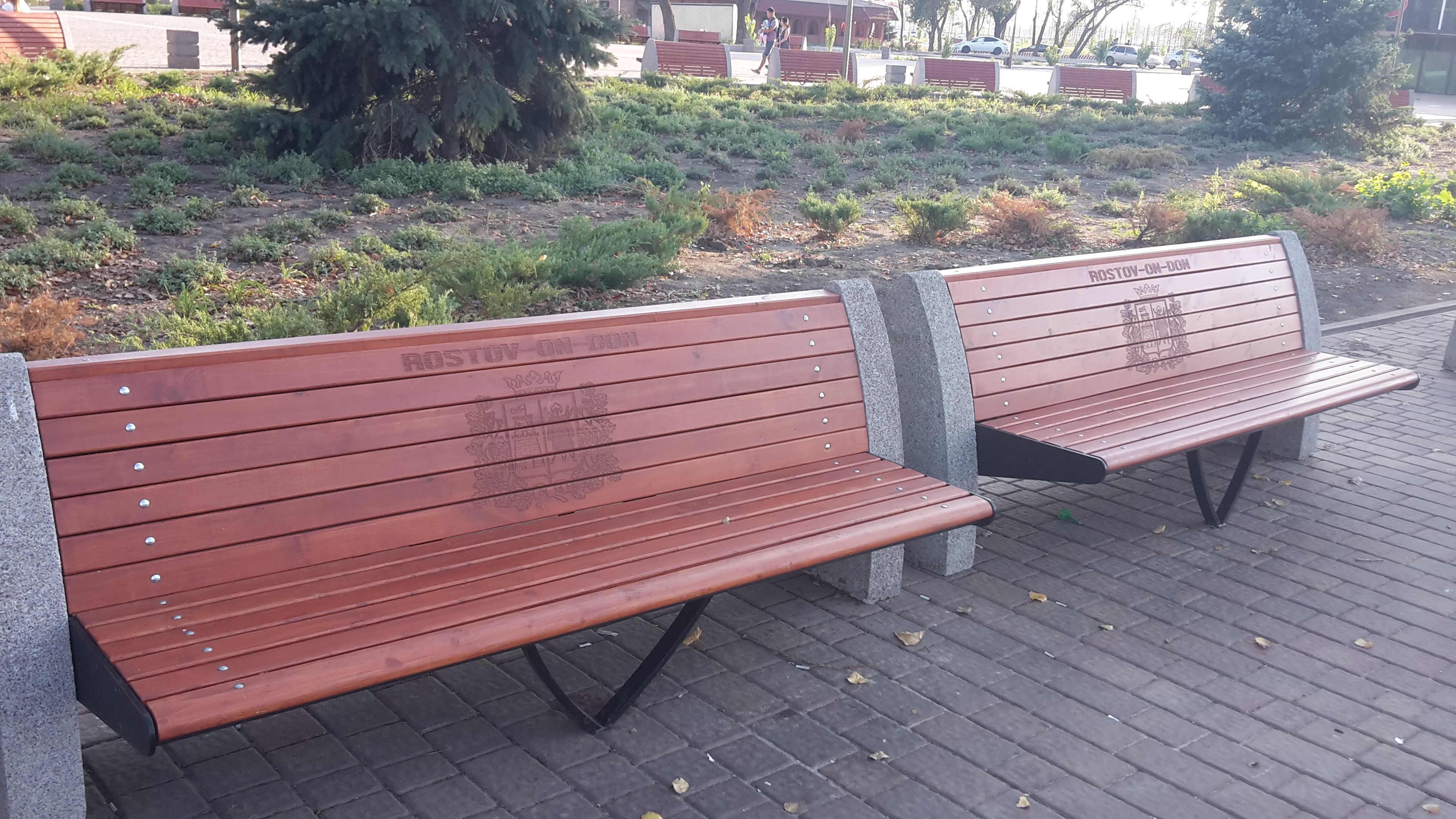 скамейки в парке с гравировкой города