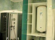 водонагреватель в ванной около душевой кабинки