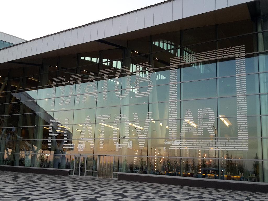 большое окно снаружи аэропорта