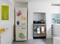 холодильник с наклейками на кухне