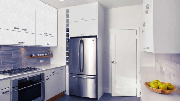 холодильник широкий в кухне стального цвета