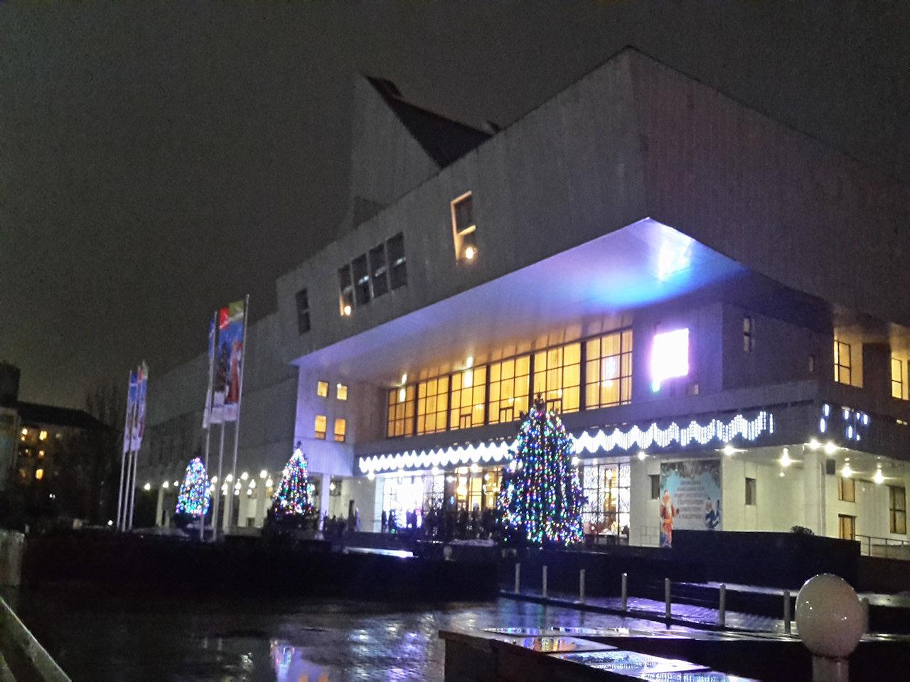 Музыкальный театр украшен под новый год