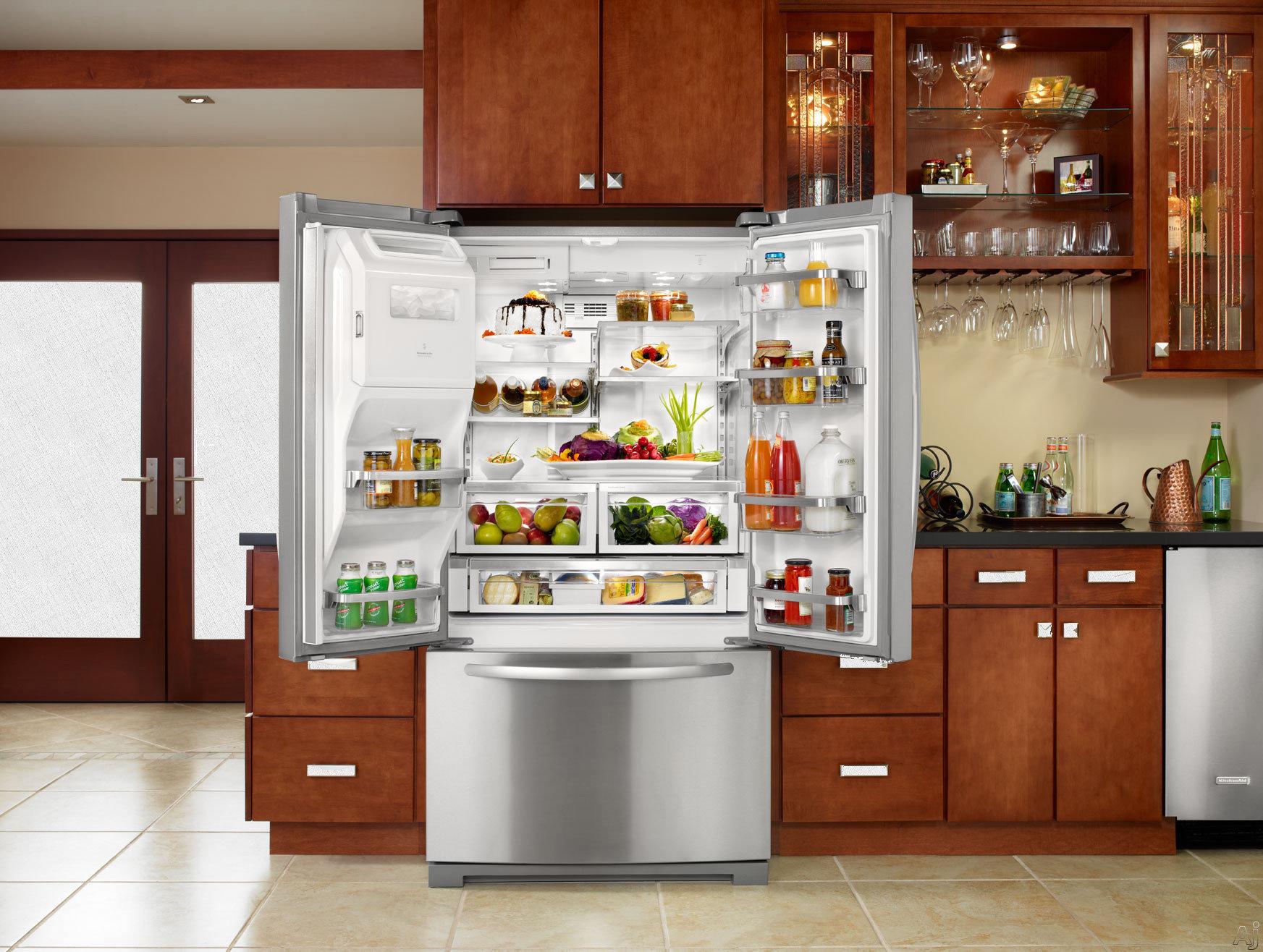 холодильник выдвинут вперёд, чтобы не стукнуть двери