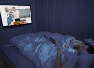 семья смотрит, лежа телевизор