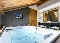 телевизор в ванной комнате с джакузи