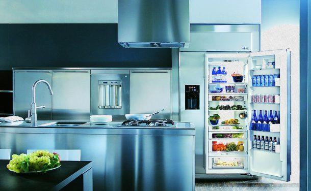 холодильник, который стоит в кухне стального цвета