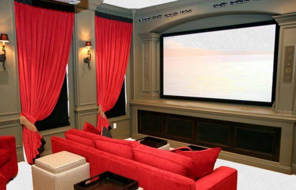 телевизор и кинотеатр за занавесками в комнате