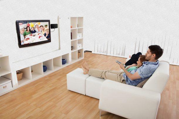телевизор в зале с девушкой и парнем