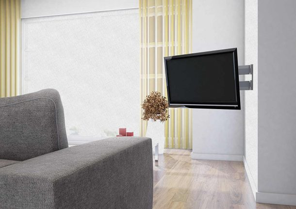 телевизор висит в гостиной на кронштейне
