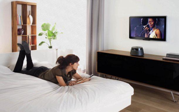 девушка смотрит телевизор в спальне