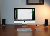 моноблок на рабочем столе в комнате