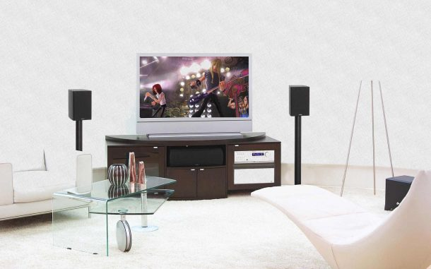 телевизор стоит на тумбе в гостиной