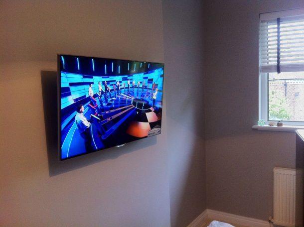 телевизор висит на стене и показывает