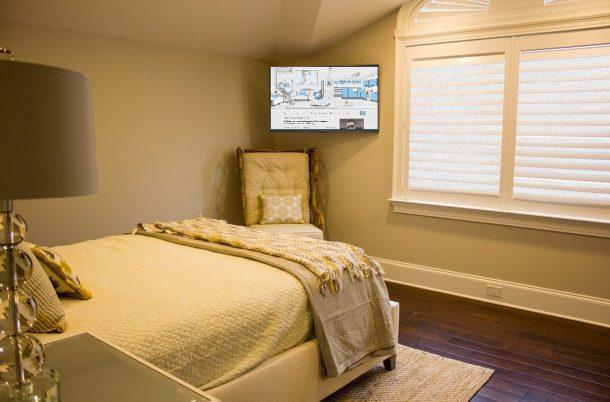 телевизор висит в спальне, где нет людей пока