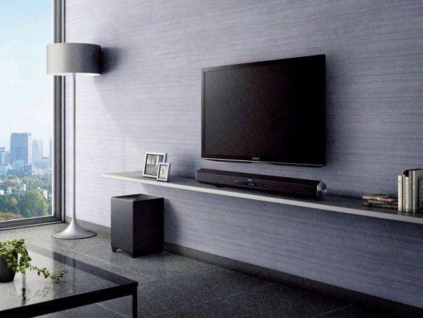 Саундбар стоит под телевизором Сони
