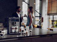 кофемашина для гурманов хорошего кофе стоит на кухне