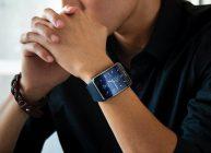 смарт часы на руке паренька