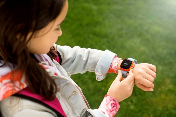 умные часы на руке девочки