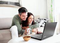в ноутбук смотрят девушка и дядька