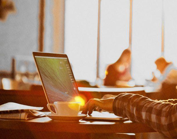 ноутбук стоит на столе в кафе