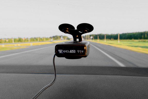 Радар детектор в машине на трассе за городом