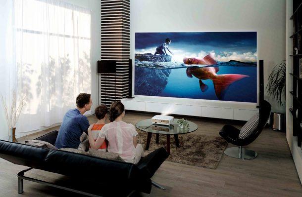проектор дома у семьи транслирует фильм