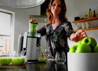 соковыжималка на кухне выжимает сок из яблок