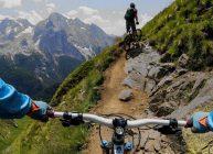 экшн камера на велосипедисте в горах