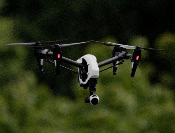 квадрокоптер со встроенной камерой в саду