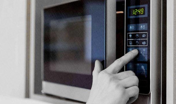 микроволновка в доме с сенсорным управлением
